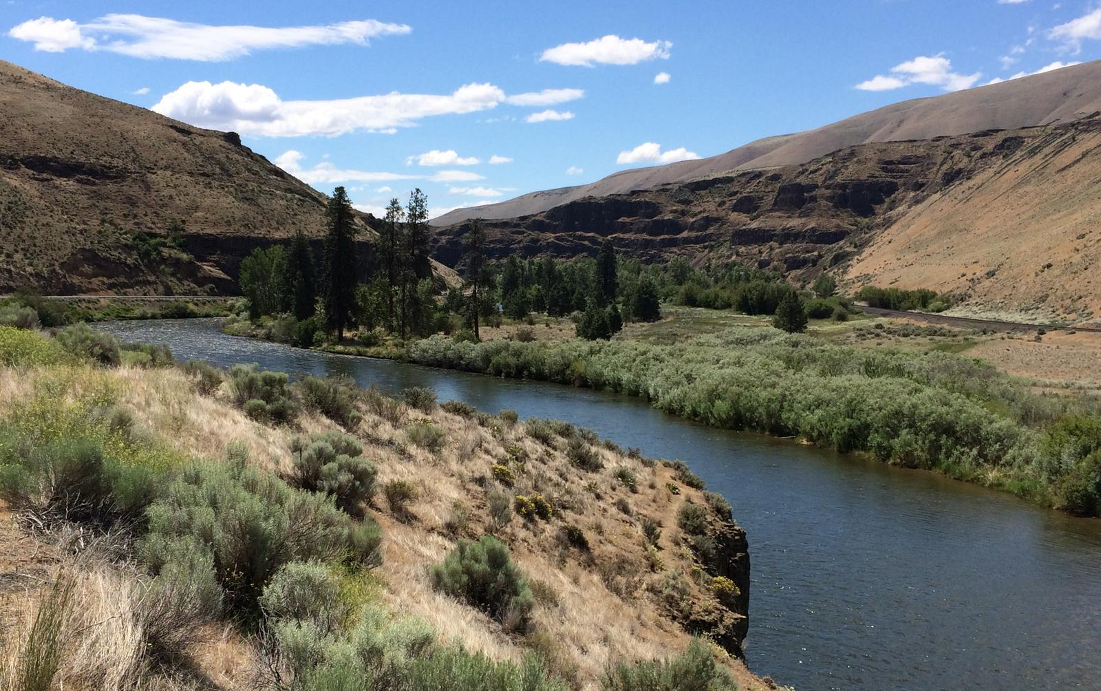 Stunning scenery of the Yakima River Canyon in central Washington.The Yakima River flows through the stunning Yakima River Canyon in central Washington.