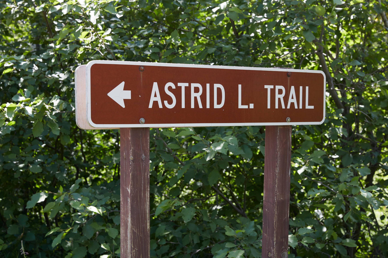 Sign pointing to Astrid Lake TrailheadAstrid Lake Trailhead