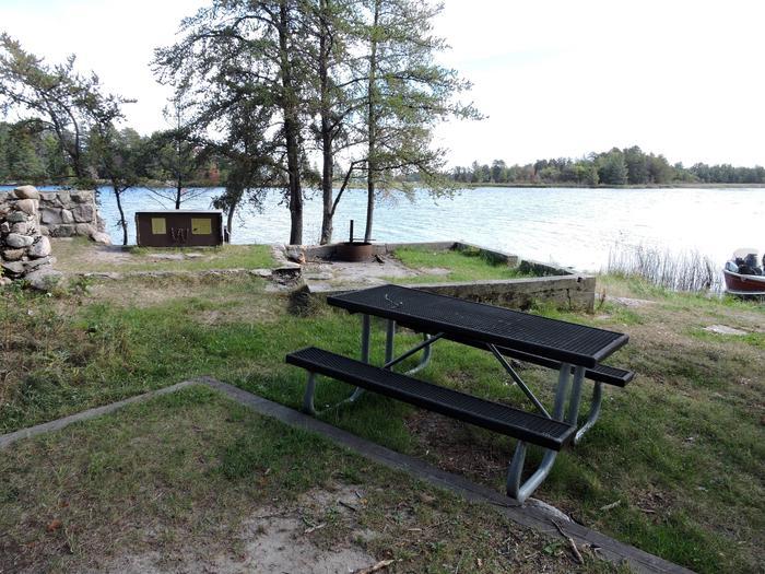 R47 - Whites PointR47 - Whites Point campsite on Rainy Lake