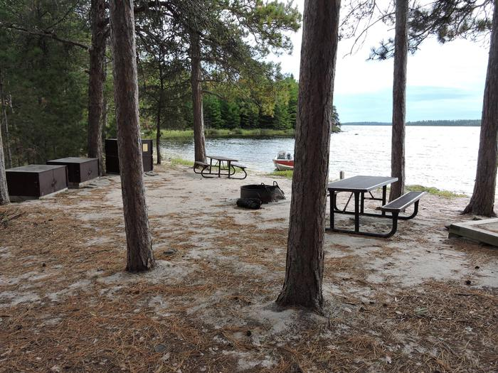 R106 - Shelland IslandR106 - Shelland Island campsite on Rainy Lake