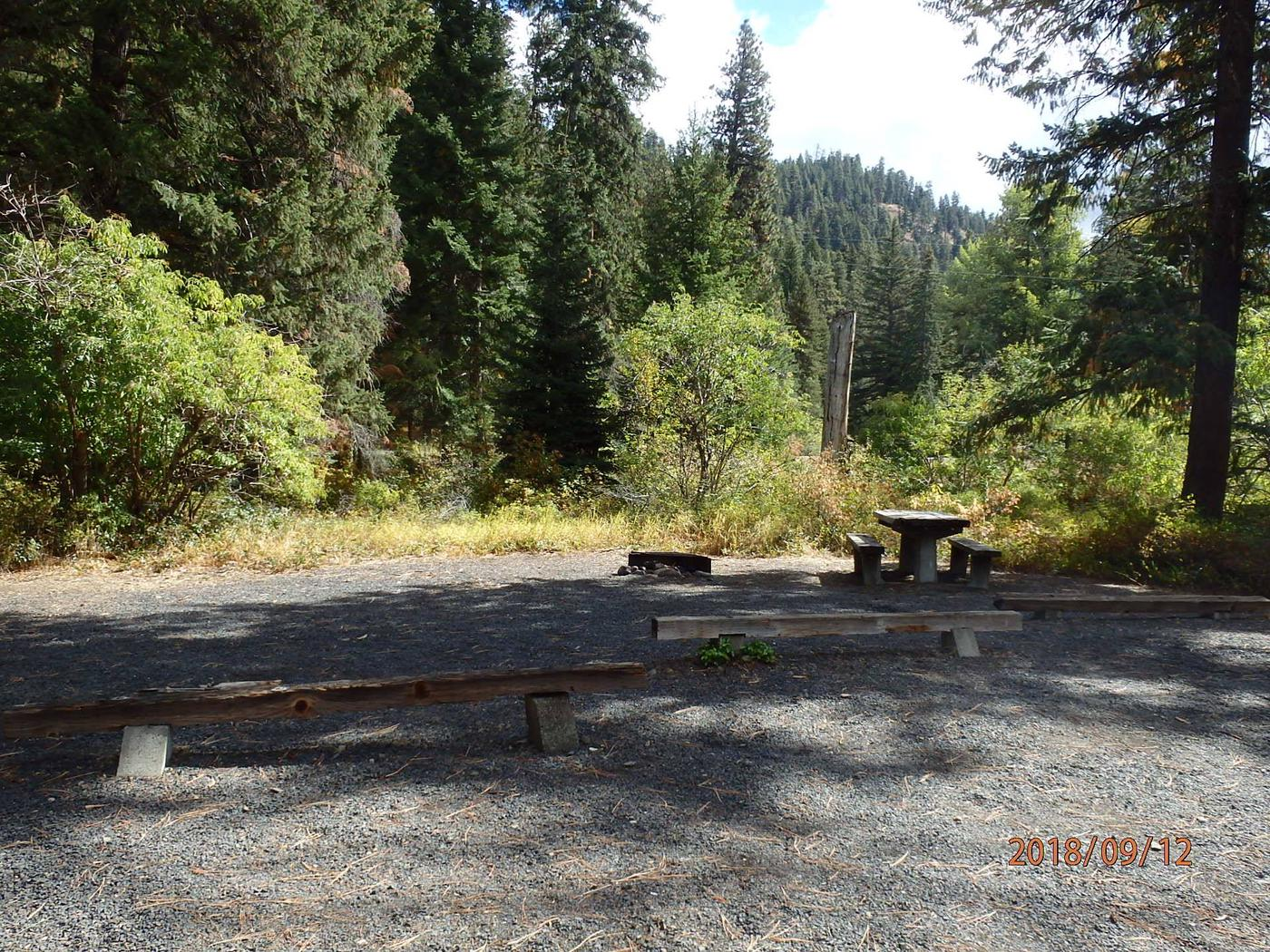 Little NachesSite offer parking for two vehicle or an RV