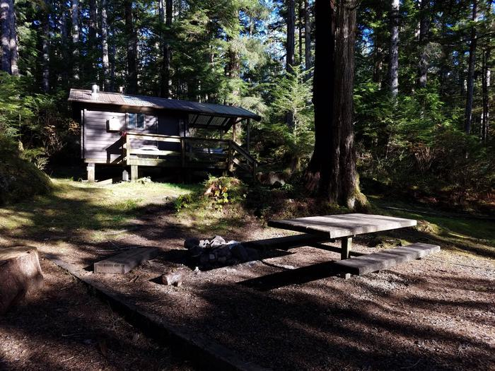Staney Creek CabinStaney Creek Cabin: Creek Side Picnicing