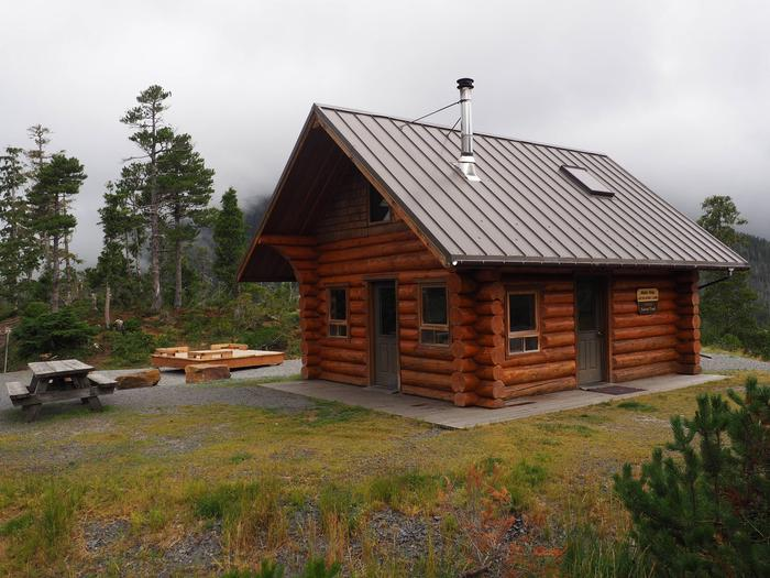 Middle Ridge Cabin with picnic table and tent platformMIDDLE RIDGE CABIN EXTERIOR