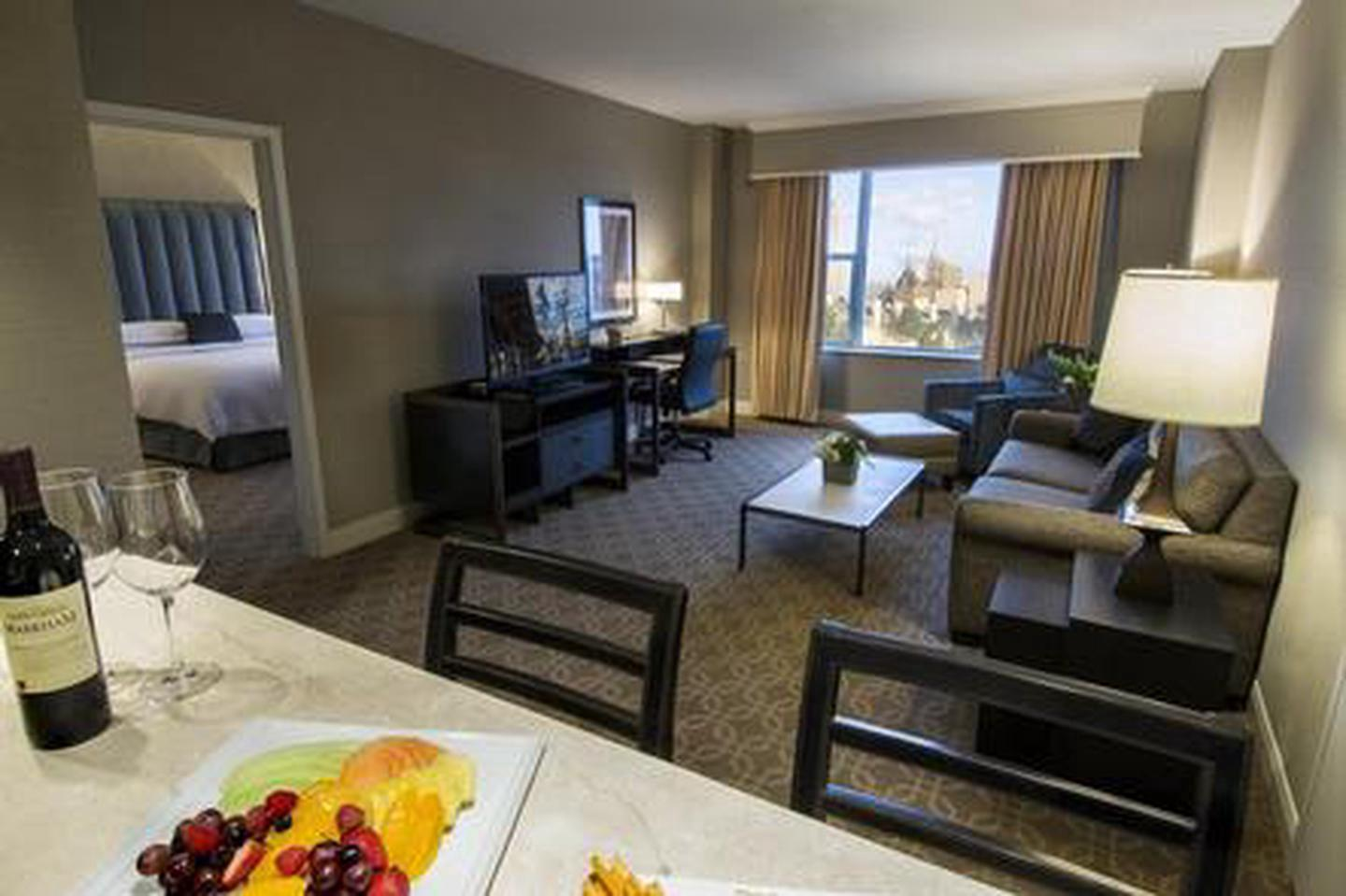 Accommodations The Hilton Milwaukee City Center offers 729 historic guestrooms and suites.