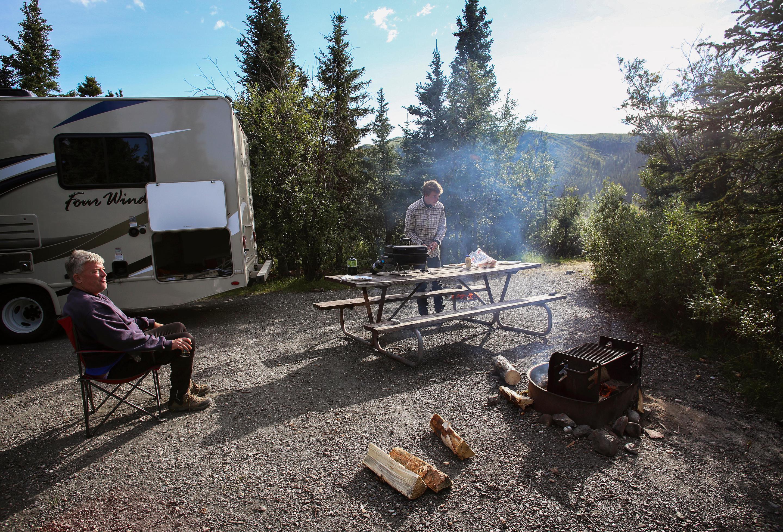 Tek CampgroundCampers at Teklanika