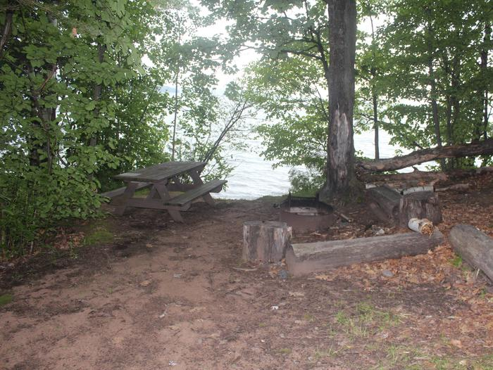 Oak site 3 with picnic table and fire ringOak site 3