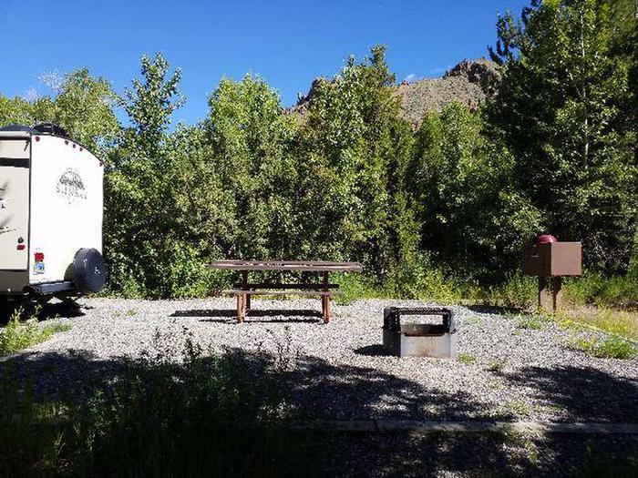 Wapiti Campsite 21 - Side View of Picnic Area