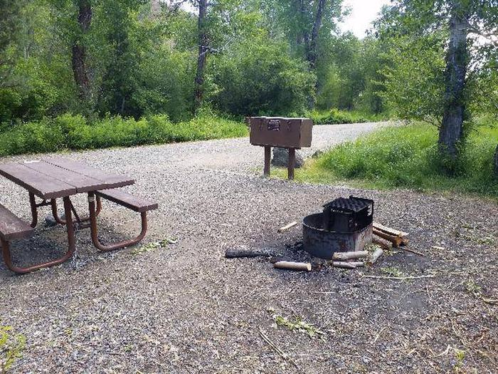 Wapiti Campsite 35 - Side View of Picnic Area