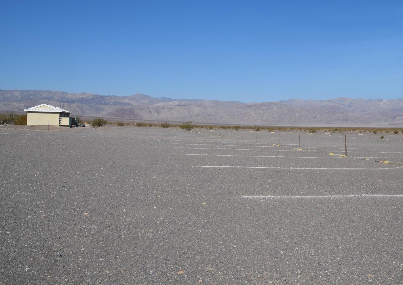 Stovepipe Wells CampgroundThe Stovepipe Wells Campground is in an open area with views of the surrounding mountains.