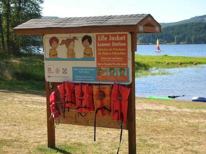 Life jacket loaner station