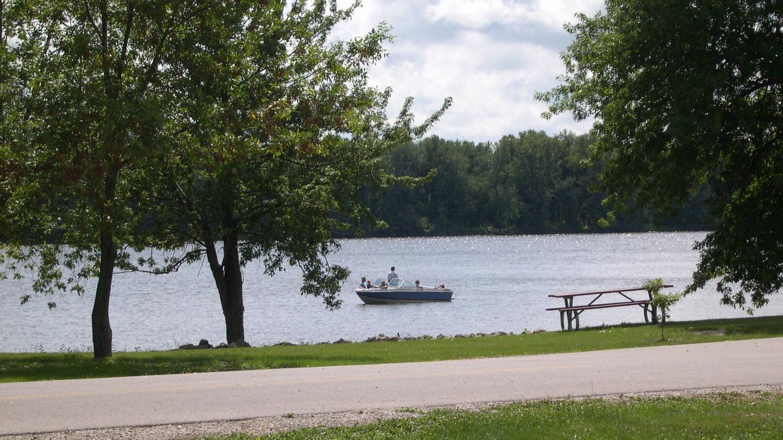 Boaters along SC shoreline.Boaters along SC shoreline