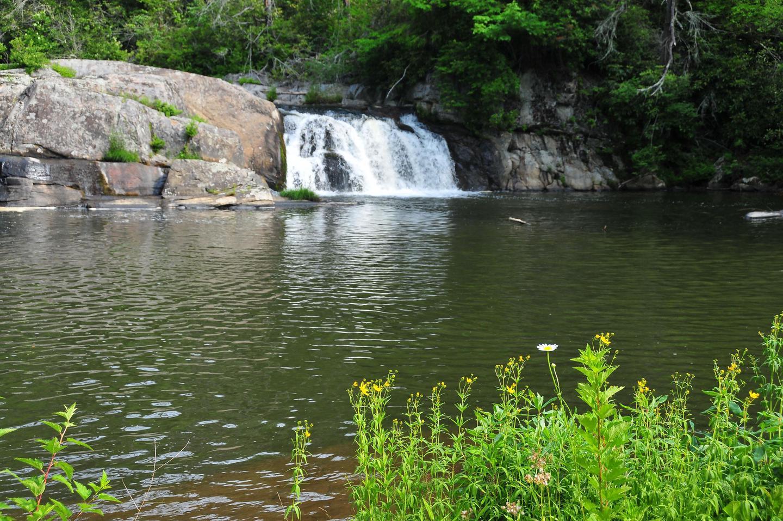 Small waterfall at Linville FallsThe smaller waterfall at Linville Falls