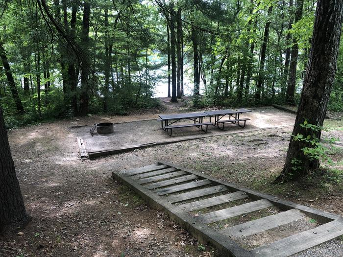 Large picnic area with lake view/access