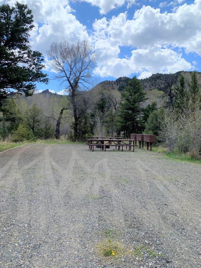Wapiti Campsite 18 - Entrance, gravel drive, picnic area in backgroundWapiti Campsite 18 - Entrance