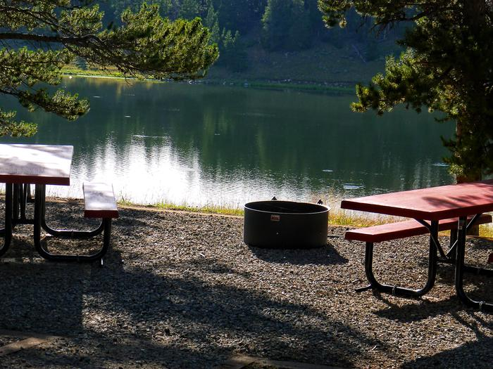Campsite next to lake in Lakeview Campground