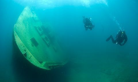 Exploring a shipwreckNOAA divers exploring shipwreck Nordmeer