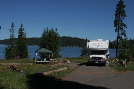 Family camping at Diamond Lake CampgroundDiamond Lake Campground